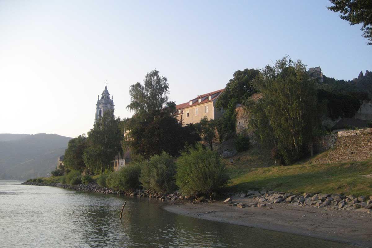 Dürnstein von der Donau aus gesehen