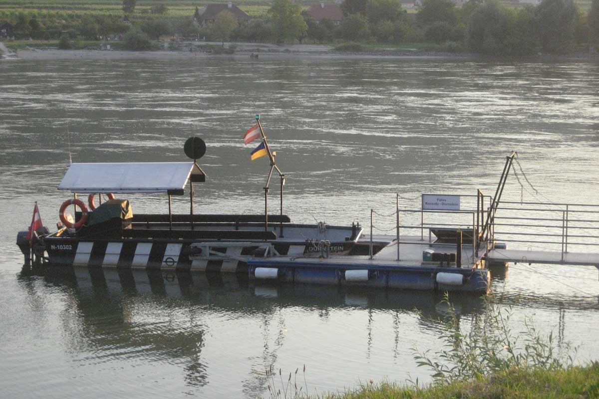 Motorbootfähre auf der Donau